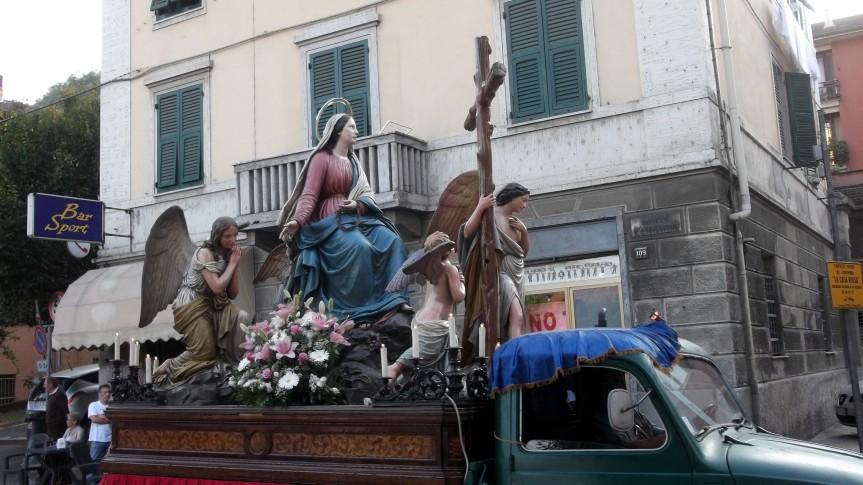 A pusiscioun 'd l'Adulurata. Apripista, croce astile, bastonieri, pie donne, Luigini e figlie di Maria
